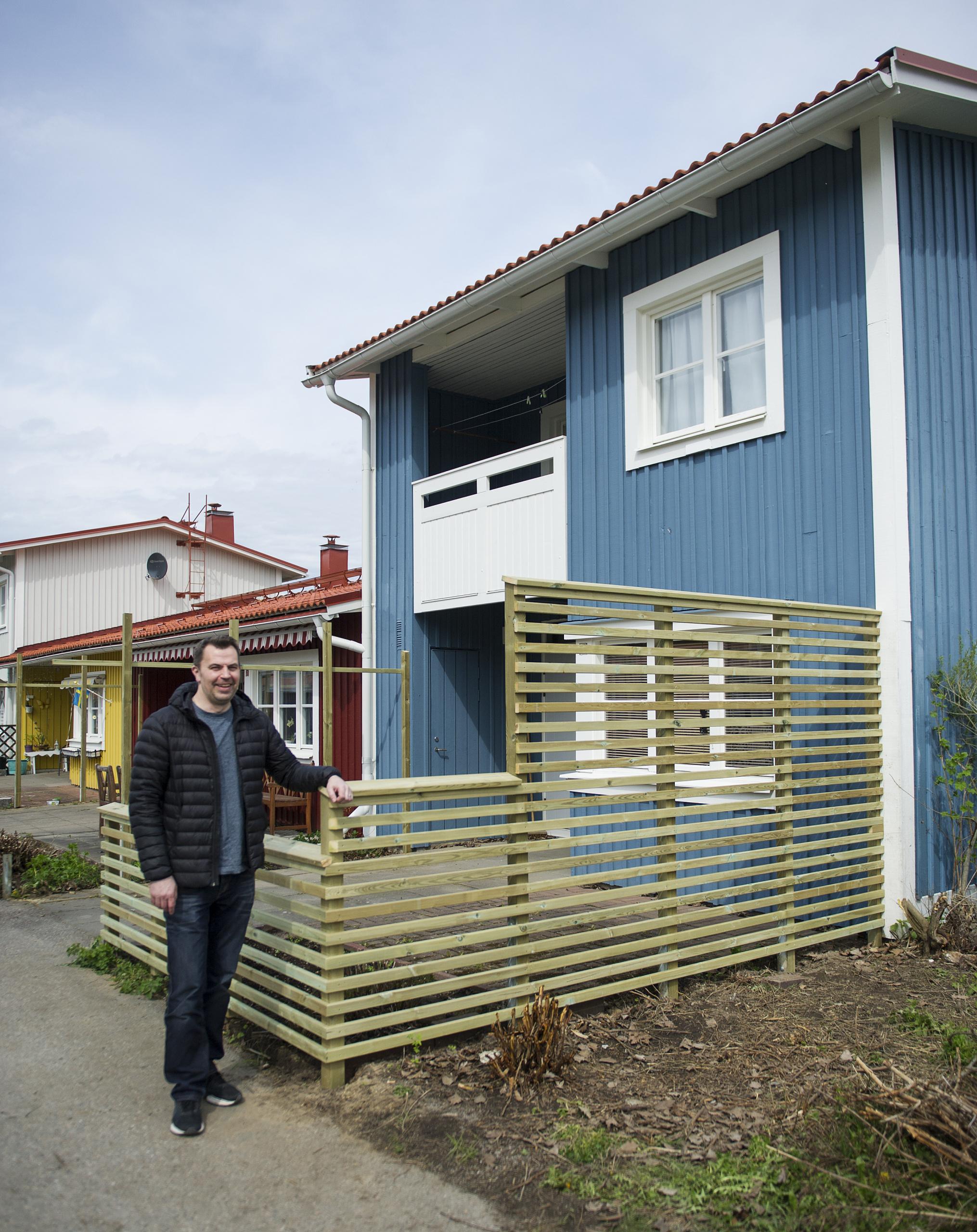 Anders står framför ett nysnickrat staket