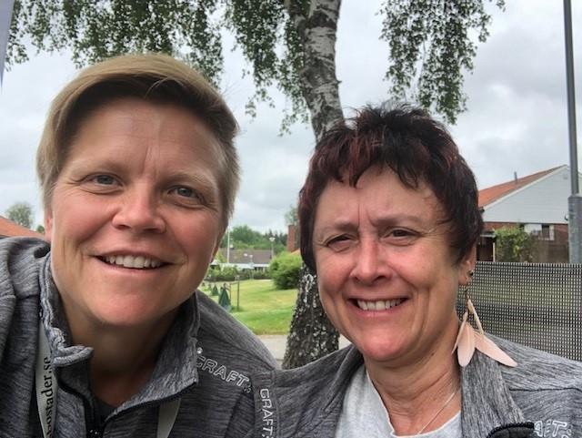 Linda och Ulla-Karin står på en gräsmatta i Sätrabrunn